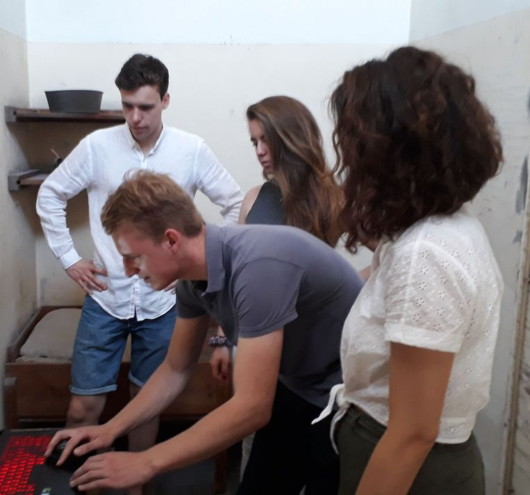 De vier studenten tijdens hun onderzoek in de dodencel.    Beeld TUDelft