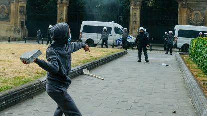 Politievakbond deelt beelden van geweld in Brussel: combi's van dichtbij bekogeld met stenen, agenten krijgen allerlei voorwerpen naar hoofd geslingerd