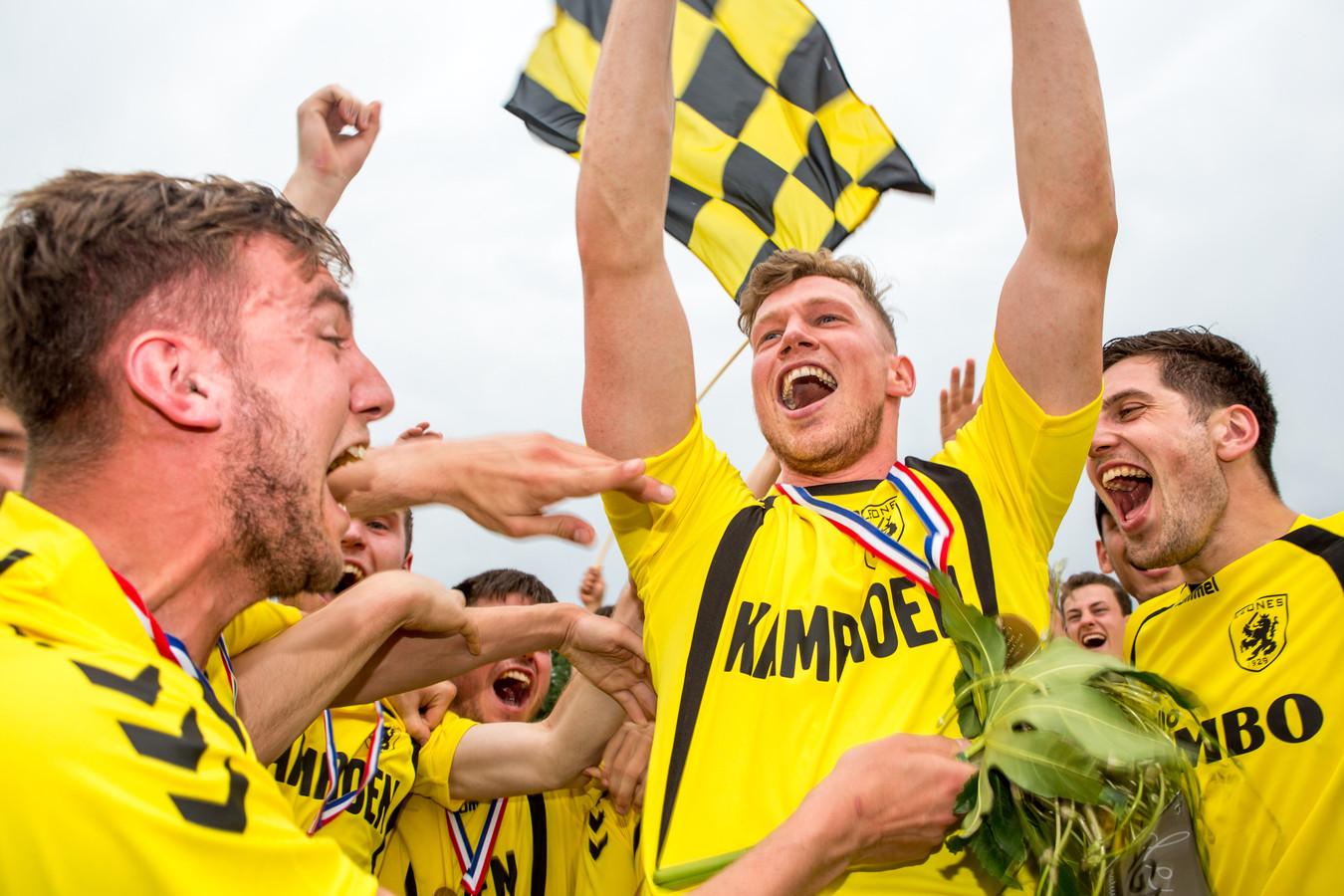 De voetballers van Leones vieren het kampioenschap afgelopen seizoen in de tweede klasse I.