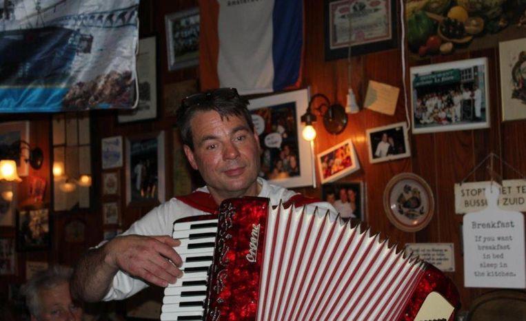 De goedgeluimde chef Peter van La Falote pakt er graag zijn accordeon bij. Beeld La Falote