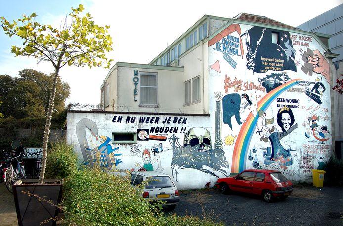 De omstreden wandschildering op het voormalig krakersbolwerk Hotel Bosch in 2007, vlak voordat de muur werd opgeknapt en het werk verdween.