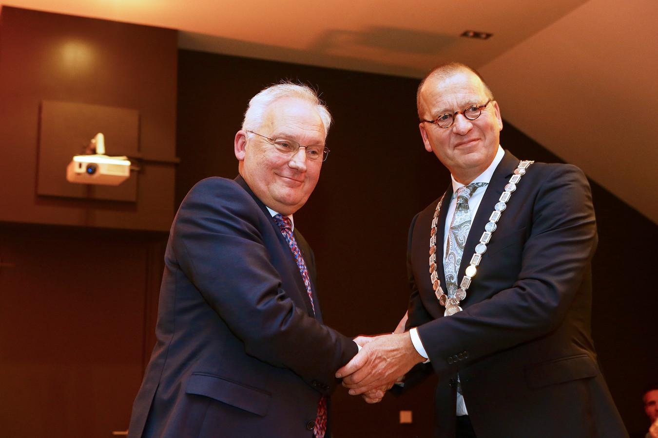Theo Segers werd in juni geïnstalleerd als burgemeester. Een warme handdruk van zijn voorganger Dirk van der Borg (links).
