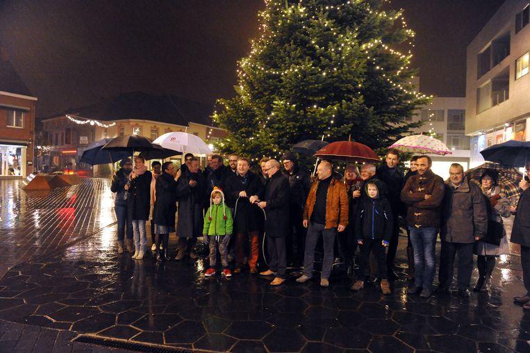 De verlichting in de 6 meter hoge kerstboom op het Dorpshart werd vrijdagavond aangestoken.