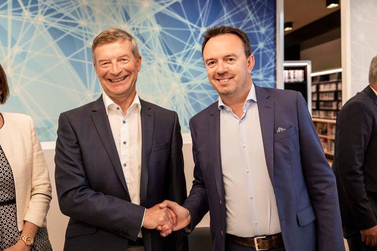 Johan Sauwens en Bruno Steegen bezegelen de coalitie met een handdruk. Dat ze gedeeld burgemeester worden, was al bekend.