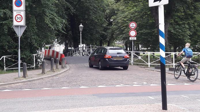 Diverse auto's passeerden woensdagmiddag de Utrechtse Maliebrug die gesloten is voor alle verkeer behalve fietsers en voetgangers.