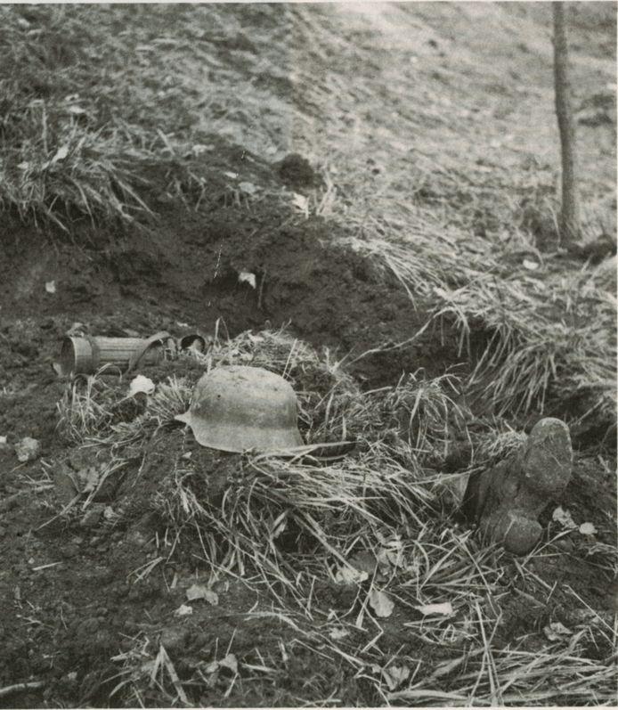 Een gedode Duitse militair. G.A.S., Collectie G.A.C. van Vooren.