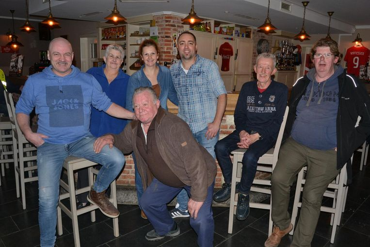 Uitbaters Stijn en Cindy (midden), in café 't Vervolg, het laatste van de 28 zaken nog in handen van de familie Van Calster.