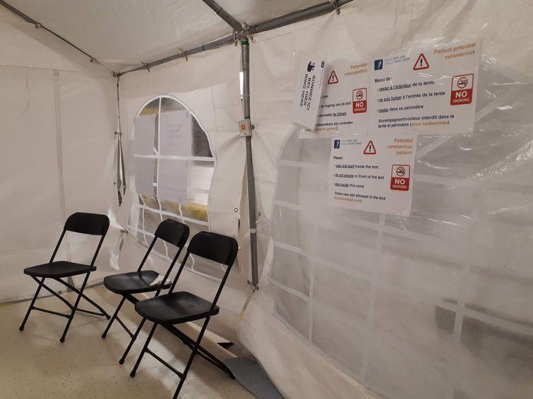Potentiële coronapatiënten moeten in deze tent aan de kliniek Sint-Jan in Brussel wachten.