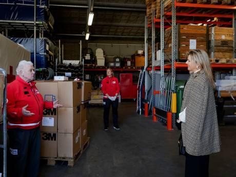 Koningin Máxima blijft op veilige afstand tijdens bezoek Rode Kruis in het Gelderse Loenen