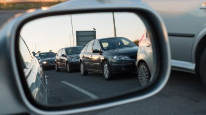Fietsster (76) botst tegen zijspiegel van auto