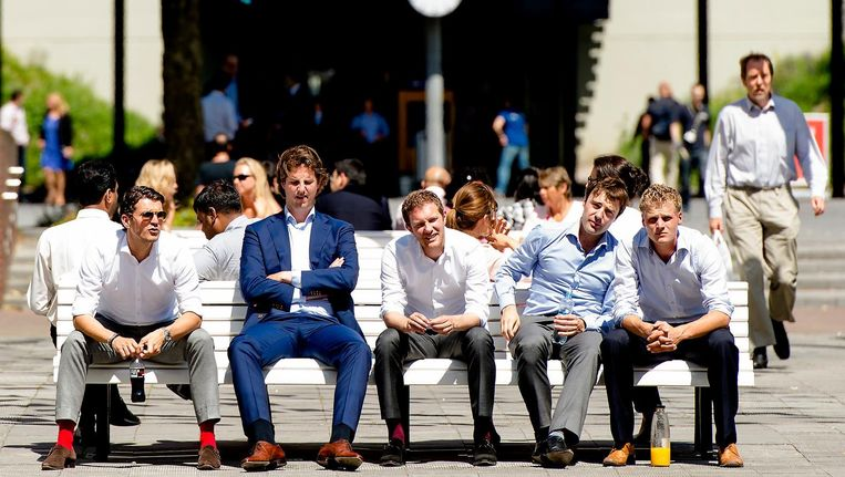 Mannen in pak op een zomerse Zuidas Beeld anp