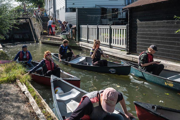 Per tweepersoonskano varen de deelnemers aan de expeditie rond Tuindorp Nieuwendam. Beeld Dingena Mol