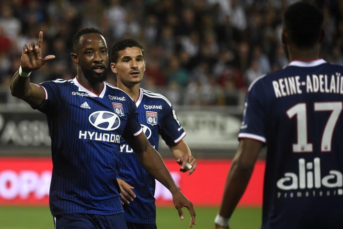 Moussa Dembélé (links) viert zijn goal met zijn ploeggenoten.