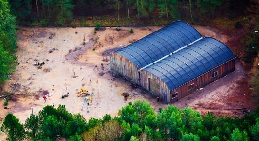 Luchtfoto van het terrein van Utopia, met de loods waarin de deelnemers verblijven.