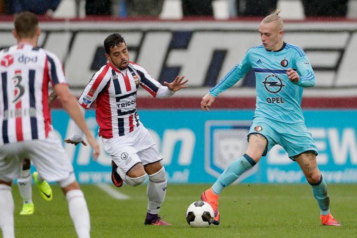 Bruno Andrade in het shirt van Willem II, in duel met Rick Karsdorp