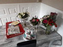 Bloemen en broodjes voor de familie Boukhizzou. Elders in huis staan meer boeketten.