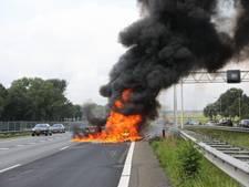 Auto brandt uit op A1