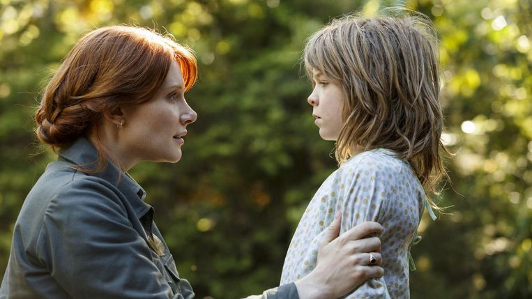 Bryce Dallas Howard en Oakes Fegley in Pete's Dragon (David Lowery, 2016). Beeld