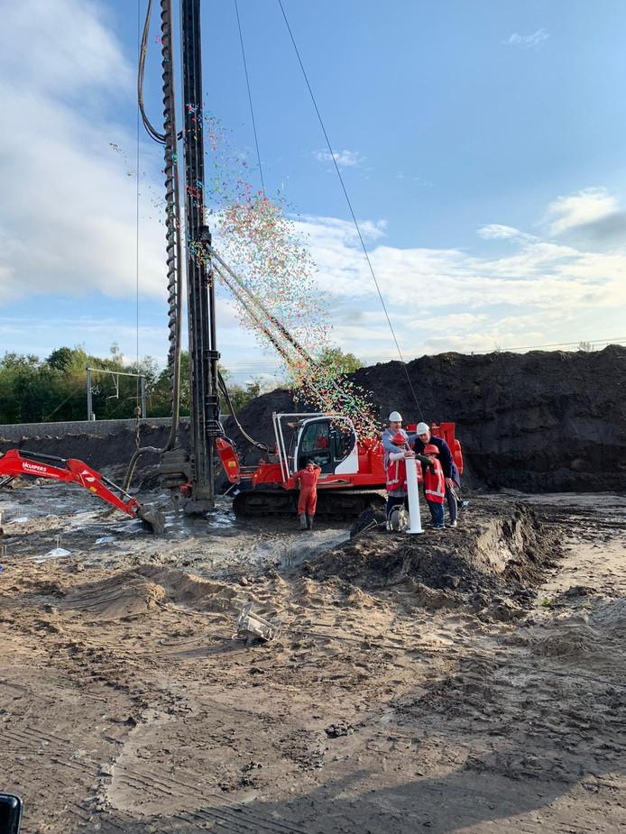 Bijschrift: Wethouder Daan Quaars geeft samen met Lieke (9) en Stijn (6) het startsein voor de laatste bouwfase van Plan Westrik in Prinsenbeek.