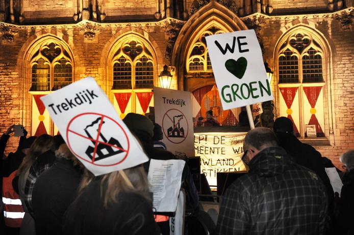 Inwoners van Nieuw- en Sint Joosland protesteren verkiezingsdag 21 maart 2018 tegen het plan voor een bedrijventerrein aan de Trekdijk bij hun dorp.