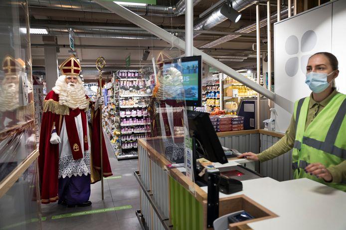 Sinterklaas dook dit weekeinde al op in Nieuw-Beijerland voor een bijzondere 'undercoveractie' die op camera werd vastgelegd.