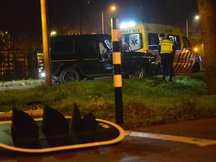 Bestuurder rijdt verkeerslicht omver in Breda