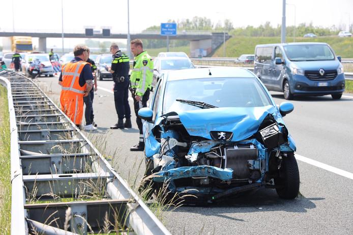 Een auto is vanmiddag gecrasht op de A4 ter hoogte van Den Hoorn.