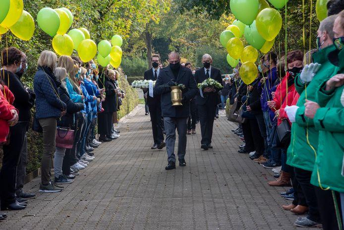 Carnavalisten vormen een erehaag voor de overleden Mario De Paepe.
