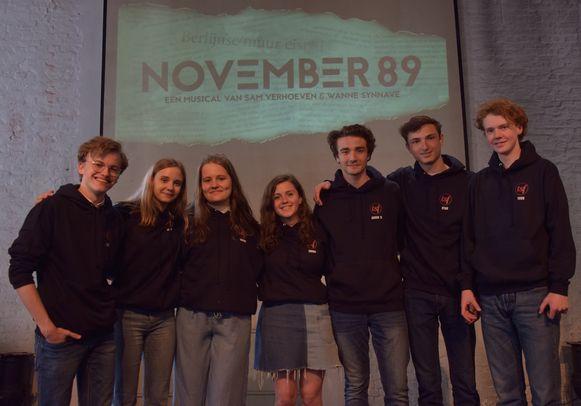"""Van links naar rechts Remi De Smet, Lotte Heuten, Hanne Verstraeten, Emma Vanthielen, Aaron Blommaert, Ryan Joostens, Tuur Verelst van """"November 89"""""""