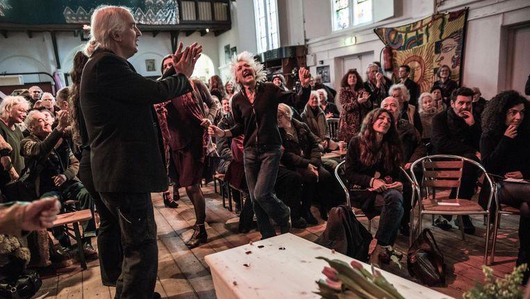 De uitvaartdienst voor Lucas Amor in de kerk van Ruigoord; vrienden rouwen en dansen tegelijk Beeld Joris van Gennip