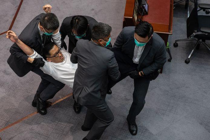 Lam Cheuk-ting in mei van dit jaar toen hij het parlement werd uitgezet.