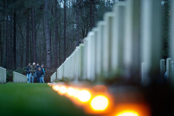 Meer dan 2.400 kaarsjes branden sinds maandag bij de oorlogsgraven van Canadese en Britse militairen in Bergen op Zoom.
