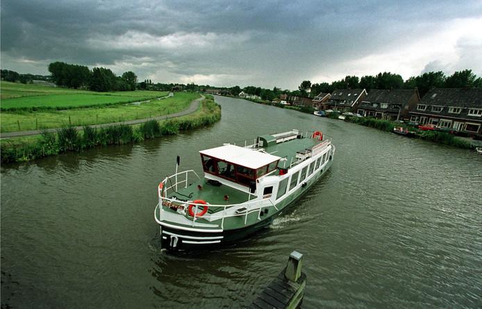 Op deze foto uit 1999  vaart Croosboot 'De Meerval' over de Rotte.
