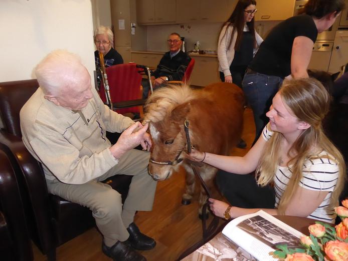 Iris praat met Driek Manders (100-jarige) over de pony en vroeger.