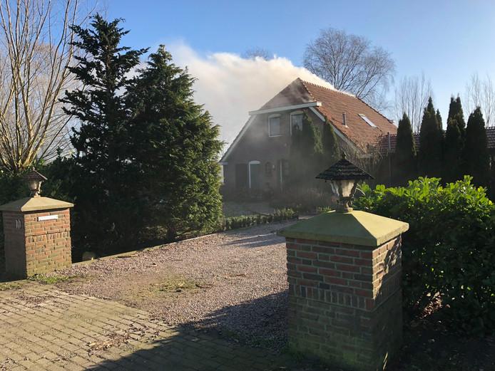Bij de brand aan de Akkerweg in Sibculo komt flink wat rook vrij.