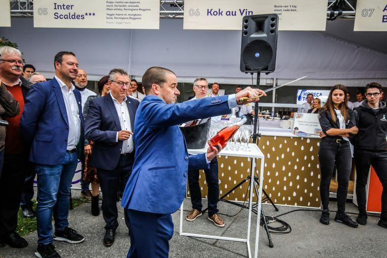 Brugge kookeet: Wesley Noë opende het eetfestijn door een fles champagne te sabreren