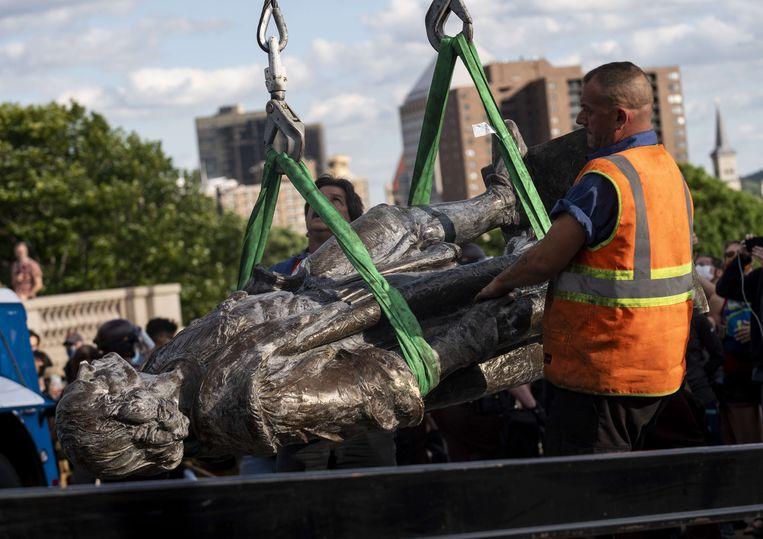Een door demonstranten omvergetrokken standbeeld van Columbus wordt afgevoerd in Saint Paul. Beeld AFP
