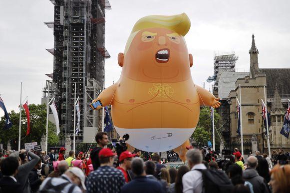 De baby-ballonnen zijn zo'n zes meter hoog en beelden een oranje Trump met spleetoogjes, pamper én smartphone uit (archiefbeeld).