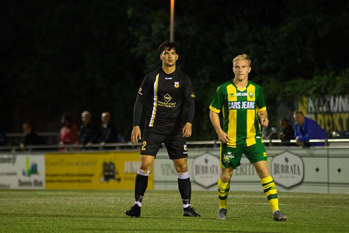 Levy Berends (links) in de wedstrijd tegen Jong ADO Den Haag.