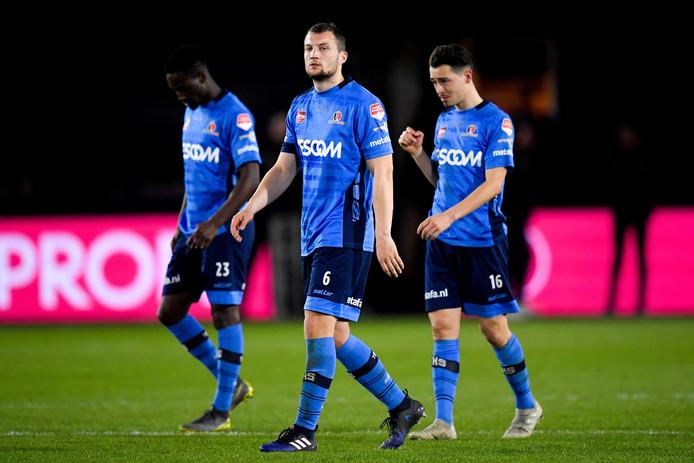Spelers van Helmond Sport druipen af na één van de zoveel nederlagen dit seizoen.