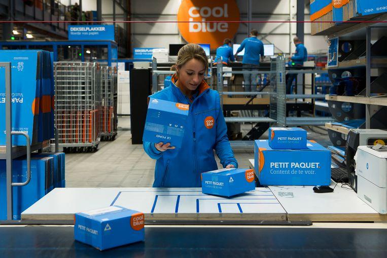 Een medewerkster van Coolblue in het distributiecentrum van Tilburg.