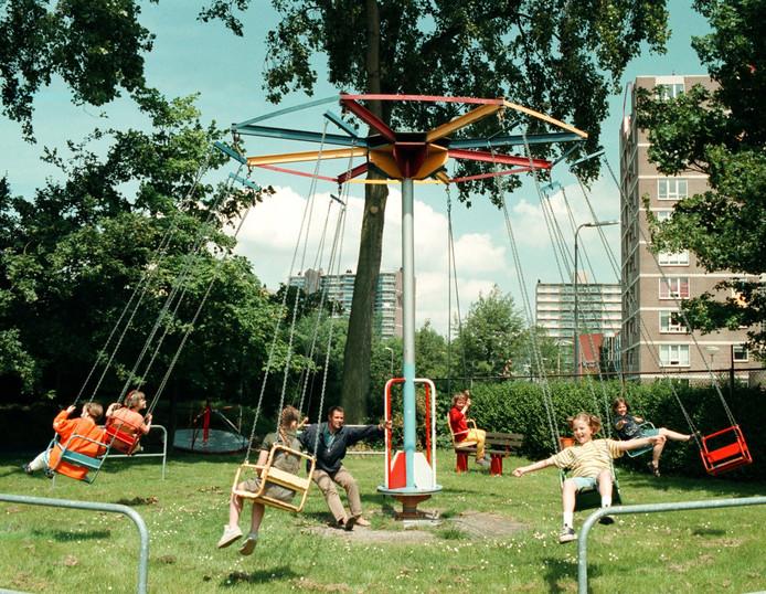 De zweefmolen in speeltuin Oranjekwartier op archieffoto uit 1999, toen die nog anderhalve meter hoger was dan nu, de inspectie eiste dat die zou worden ingekort.