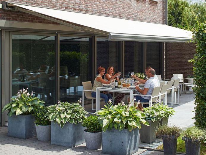 Avec une pergola, un toit de terrasse ou un arbre ou un arbuste bien placé, vous empêchez également les rayons du soleil d'entrer directement dans la maison.