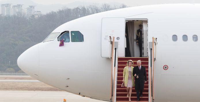 Koningin Mathilde en Koning Filip verlaten het vliegtuig in Seoel.  BELGA PHOTO BENOIT DOPPAGNE