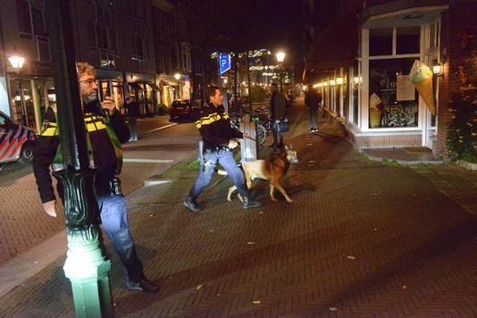 In de Frederikstraat zocht de politie nog met honden.