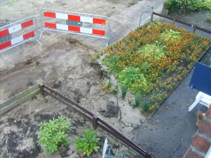 De Waalstraat gistermorgen. In de voorgaande nacht was er vanalles weggespoeld door de gebroken waterleiding.