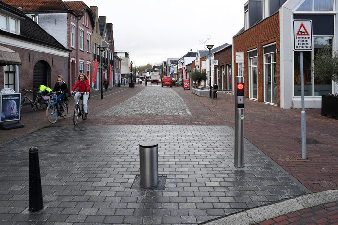 RAAMSDONKSVEER De 'knip', de bocht met paaltjes op Keizersdijk, blijft ondanks veel weerstand winkeliers bestaan.