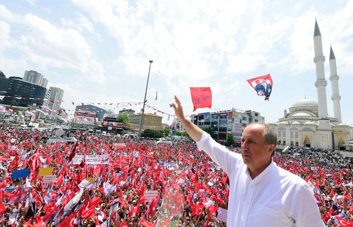 De sociaaldemocraat Muharem Ince op campagne in Istanboel, afgelopen zondag.