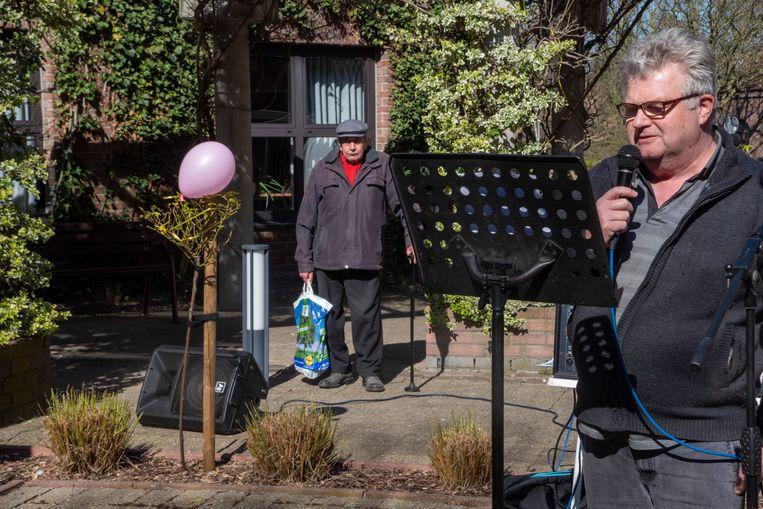 Stefaan geeft een optreden in de binnentuin van het WZC Schelderust.