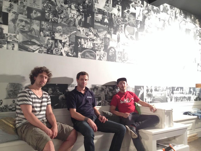 De initiatiefnemers van Maestro's Recordcafé, van links naar rechts: Luuk Bergervoet, Roy Henkelman en Hugo den Hartog, in een deel van de coffeecorner waar nog druk wordt gewerkt.